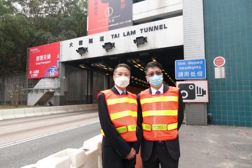 梁文畧(左)和張富枝(右)一同介紹在大欖隧道新設的 5G 智慧交通安全管理系統。