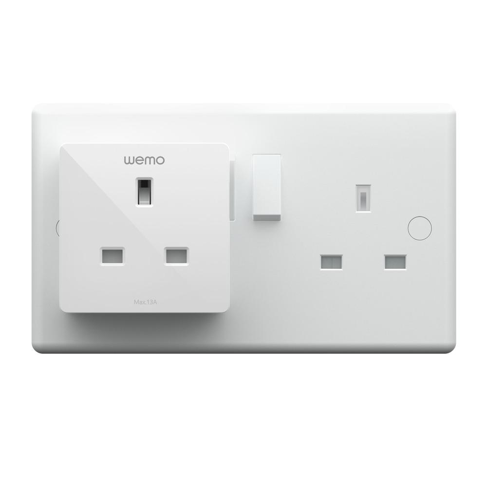 只要將智能插座插到電源插座上,就可以透過手機或語音控制傳統家電產品。