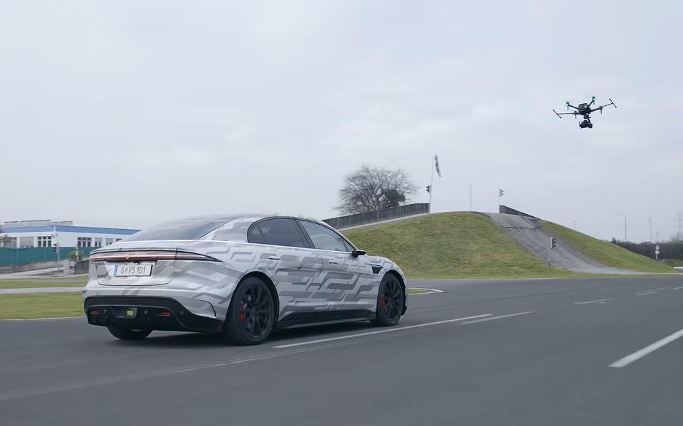 Sony 以剛發表的 AirPeak 航拍機來拍攝 VISION-S 在奧地利公路測試的影片。