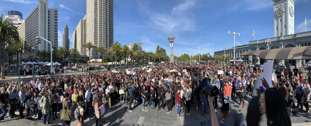 2018 年 Google 和 Alphabet 有 20,000 名員工舉行遊行,抗議公司的性騷擾和歧視問題嚴重。