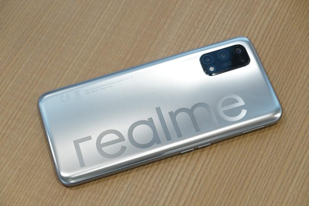 銀色款沿用相當標誌性的機背設計,大型 realme 字樣令此機辨識度相當之高。