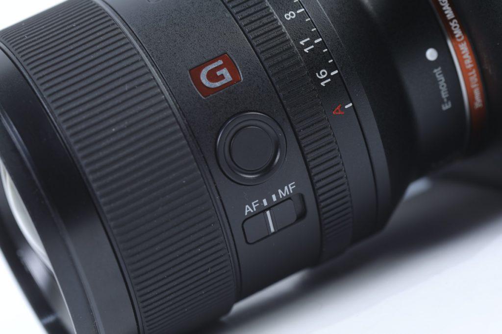 和其他 Sony 鏡頭一樣有對焦固定按鈕。