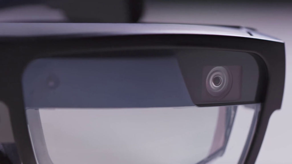 眼鏡上設有一個串流工作場地影像用的 RGB 鏡頭,和一組追踪位置用的雙魚眼鏡頭。