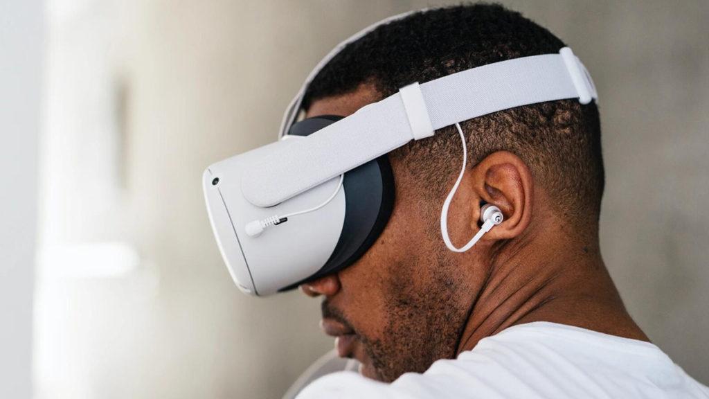 眼罩本身沒有耳機,需要以 3.5mm 耳機插外接耳機。