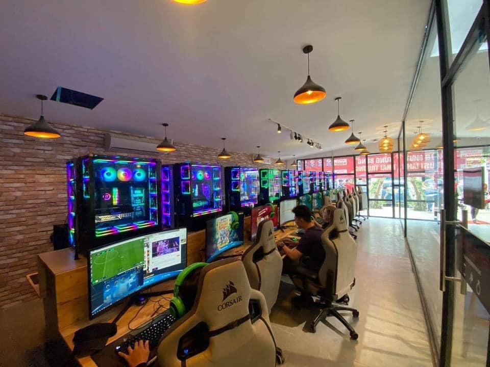 從過往營業的照片可見,他們所租用的都是高級的電競電腦。