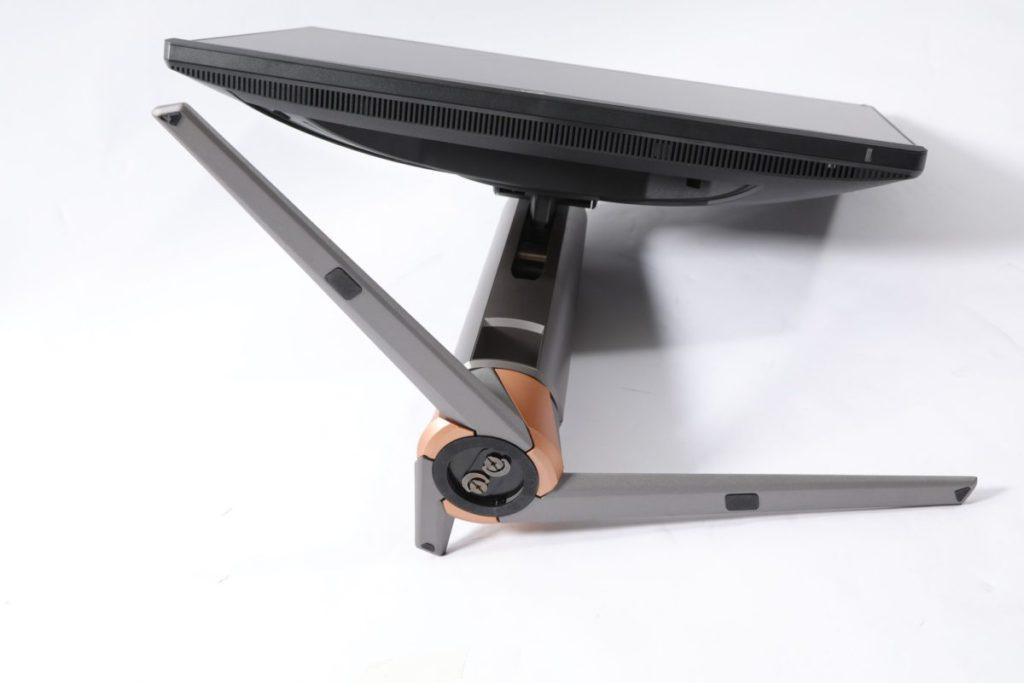 底腳部分利用旋扣鎖定,加上有一定重量,可穩定屏幕不會移位。
