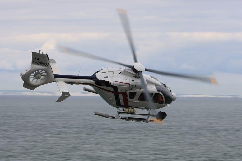 直升機頂的螺旋槳及尾旋槳用作操縱直升機能定點飛行,並需人高度協調操作。
