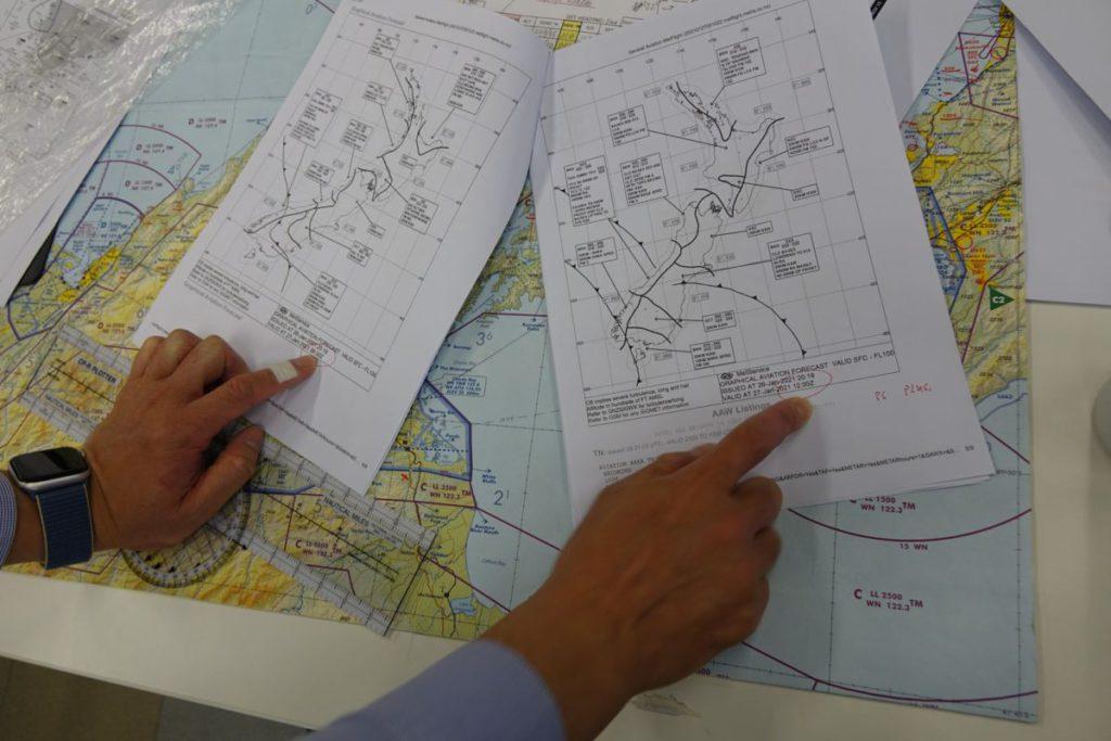 上機前需做好預先規劃,飛行員出發前就依靠即時下載的資料馬上作準備,需要高度專注及透徹理解知識。圖中葉老師正就同一地理環境兩時段的天氣,講解30分鐘飛行路線的訂定。