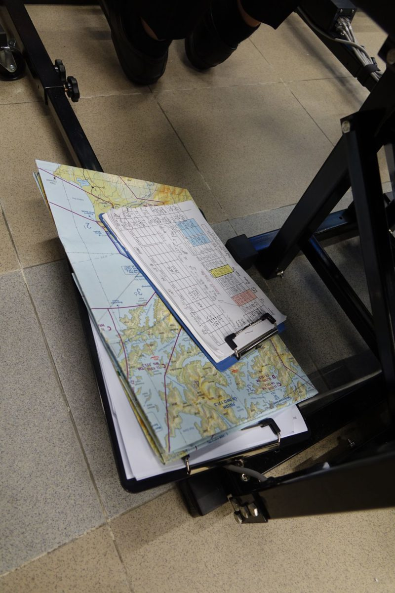放於機位旁的空間有限,如何一手取得所需資料,需預先構思清晰,包括物件擺放、紙張的大細等都要思考。
