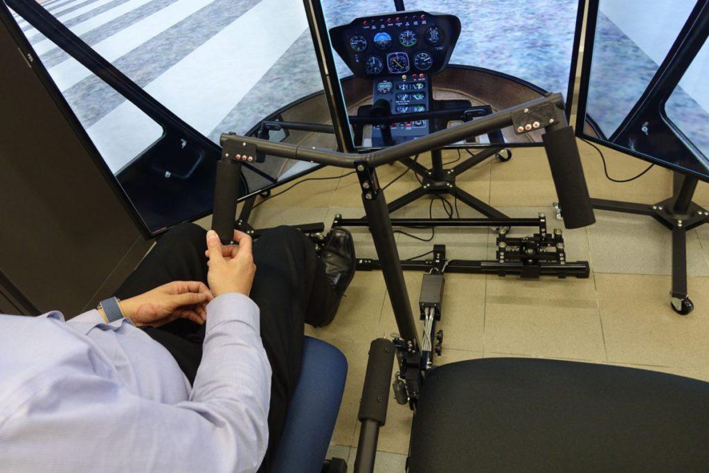直升機師需手、腳、眼同時兼顧,實質控制至少三項設備才可順利飛行。