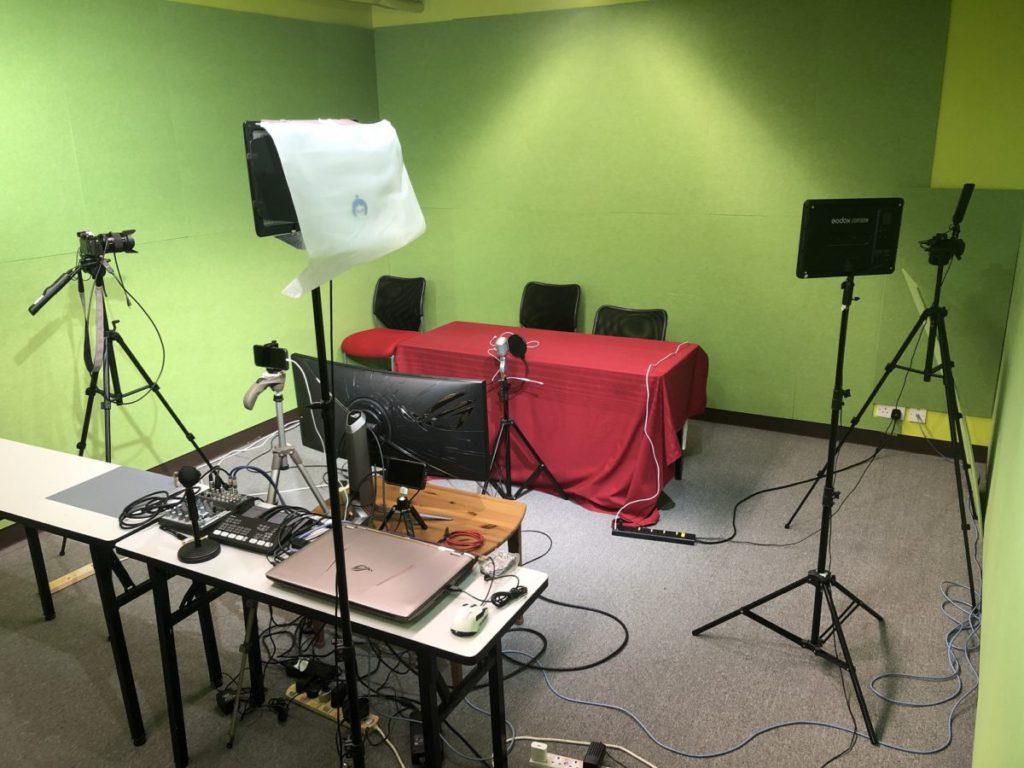 呢間就係每個禮拜做《Gadgets Live》直播嘅綠幕房喇,由開頭到家陣已經多咗好多器材,亦都亂咗好多囉!