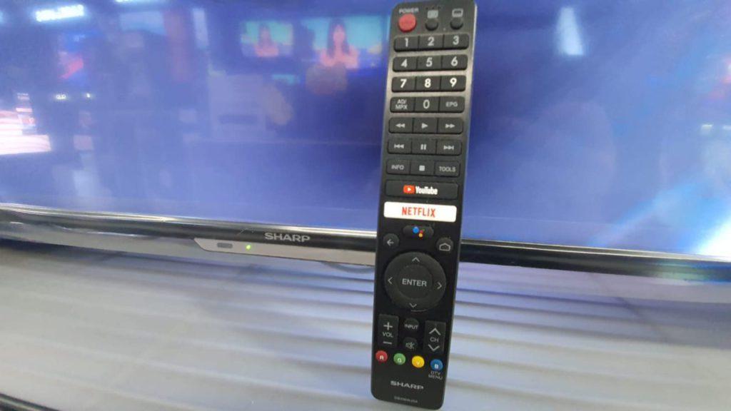 一睇個遙控就已經知道部電視已預載了《Netflix》及《YouTube》Apps。