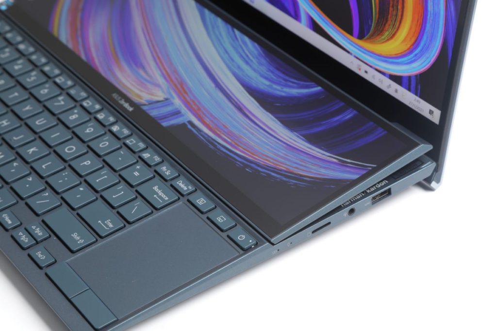 副屏幕亦加入ErgoLift設計,當打開電 腦屏幕之後,副屏幕亦升起傾斜約7°,這 樣可減少眩光,同時亦有助機身散熱。
