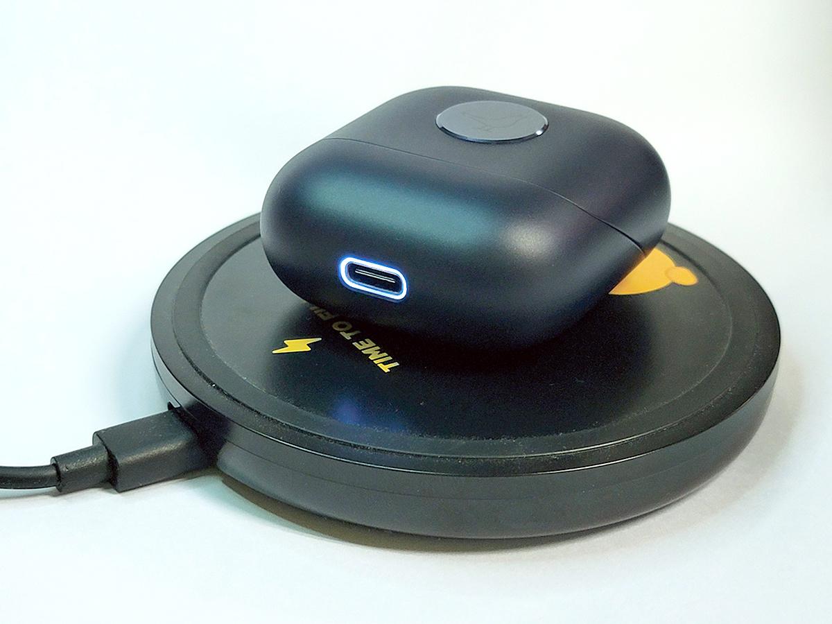 當以無線或 USB-C 線充電時,盒底的 USB 插頭外圍會發光提示。