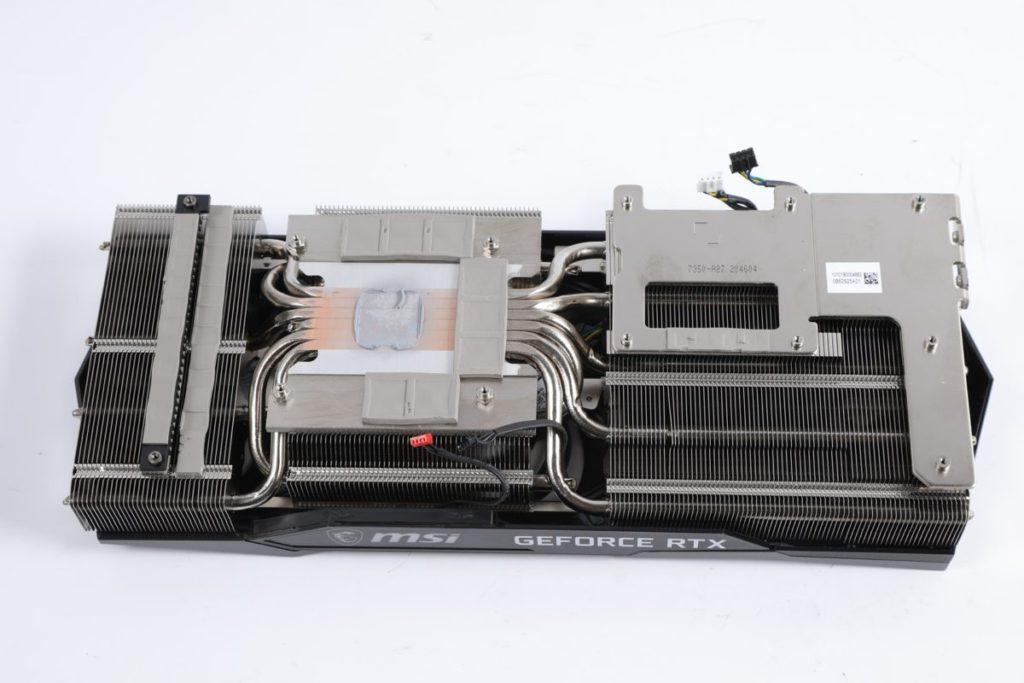 共採用了 6 根方形導熱管,以增加 GPU 最大的接觸面。