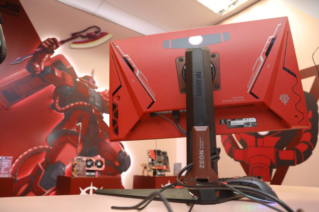 鮮紅的 TUF GAMING VG27AQL1A ZAKU II EDITION 顯示器