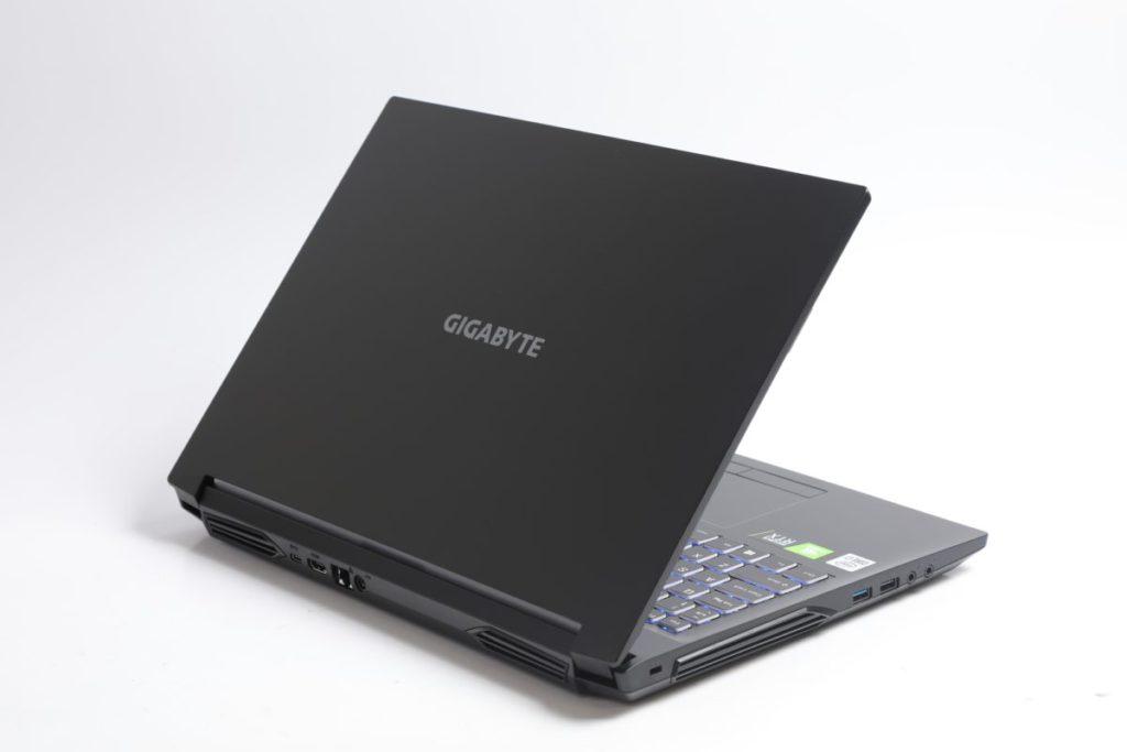 Gigabyte G5 KC i7 屬於主流機種,採用塑膠機身以降低成本。