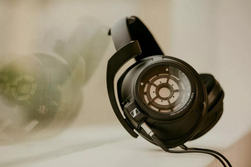 Sennheiser 亦曾推出以康寧玻璃作為耳罩背蓋的 HD 820