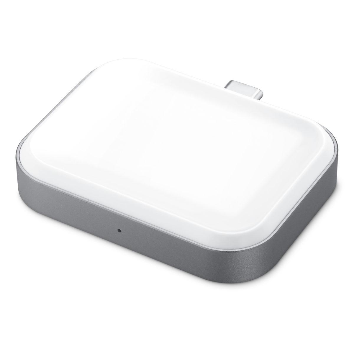 Satechi USB-C Watch AirPods 充電器相當小巧,一邊是 AirPods/AirPods Pro 無線充電盒用的 Qi 充電器。