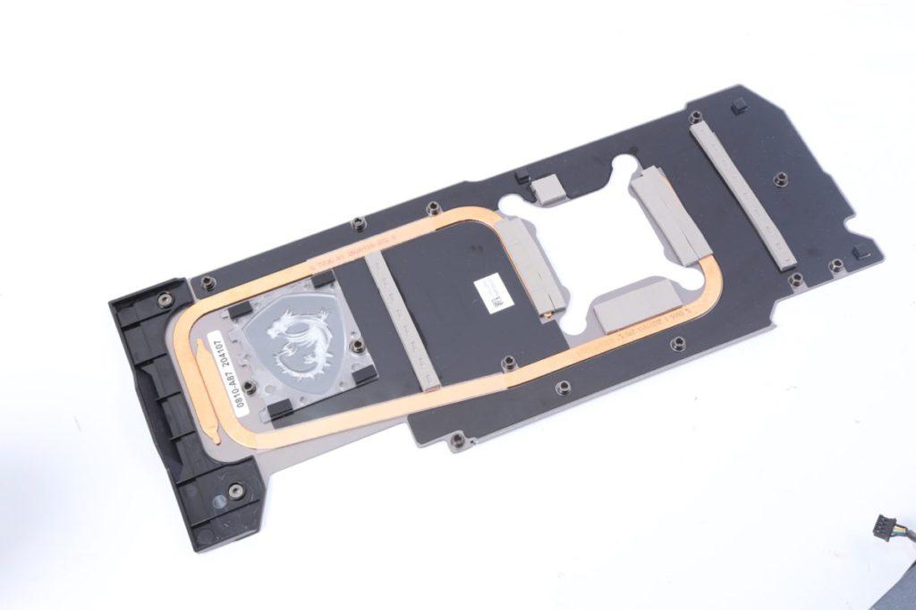 背板也有導熱管功能,務求做到全方面散熱。