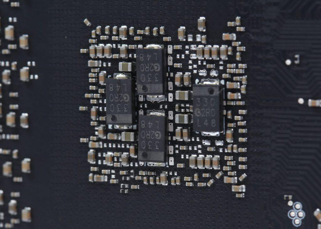 GPU 背面可見採用混合 MLCCs 及 POSCAPs 電容