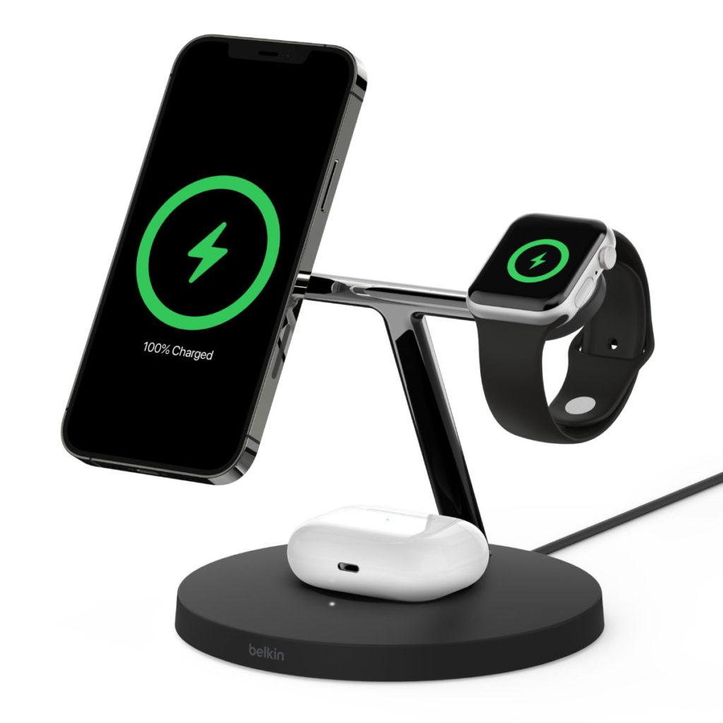 BOOST CHARGE PRO MagSafe 3 合 1 無線充電器可同時為 iPhone 12 系列手機、Apple Watch 和 AirPods 耳機充電盒作無線充電。