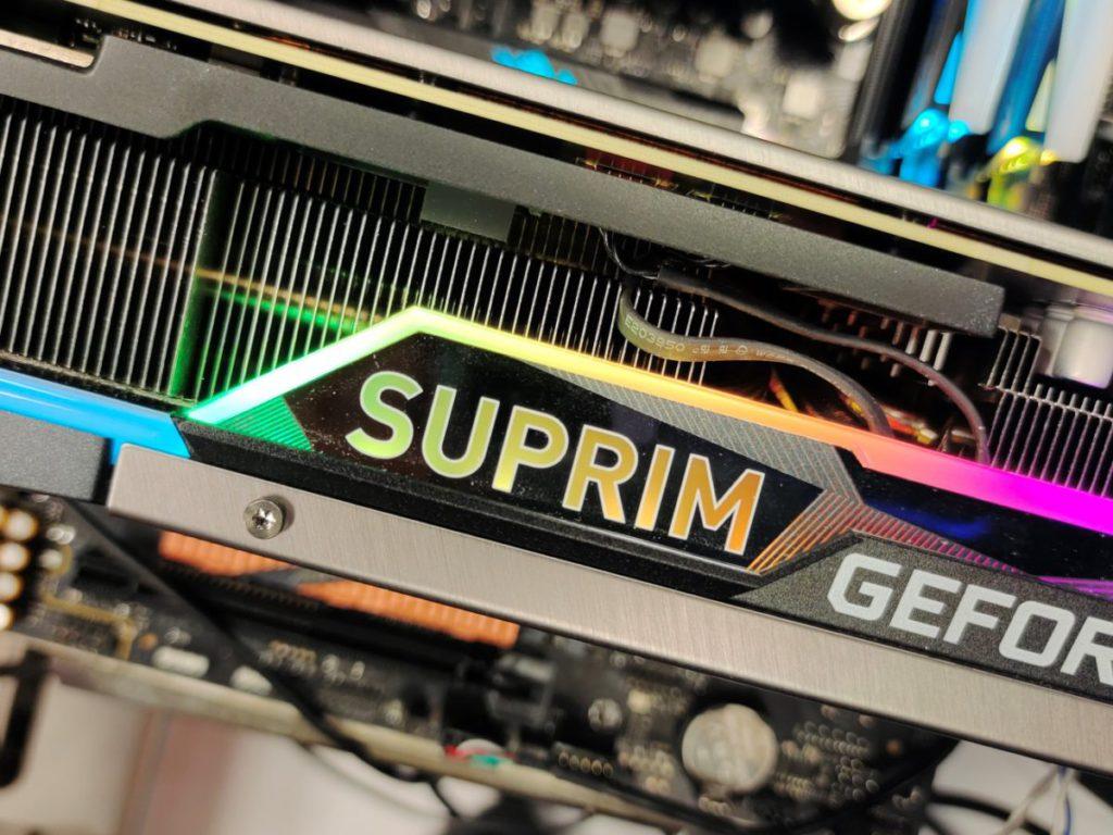 頂部的 SUPRIM RGB 燈效