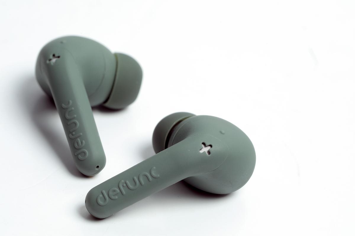 耳機表面採用霧面塑膠物料,有防滑及防油的效果。