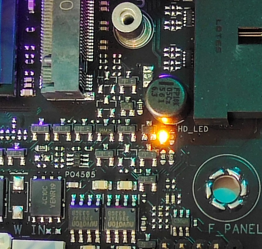 主機板有多組顯示狀態的LED燈,如圖中的HD_LED可顯示NVMe SSD的工作情況。