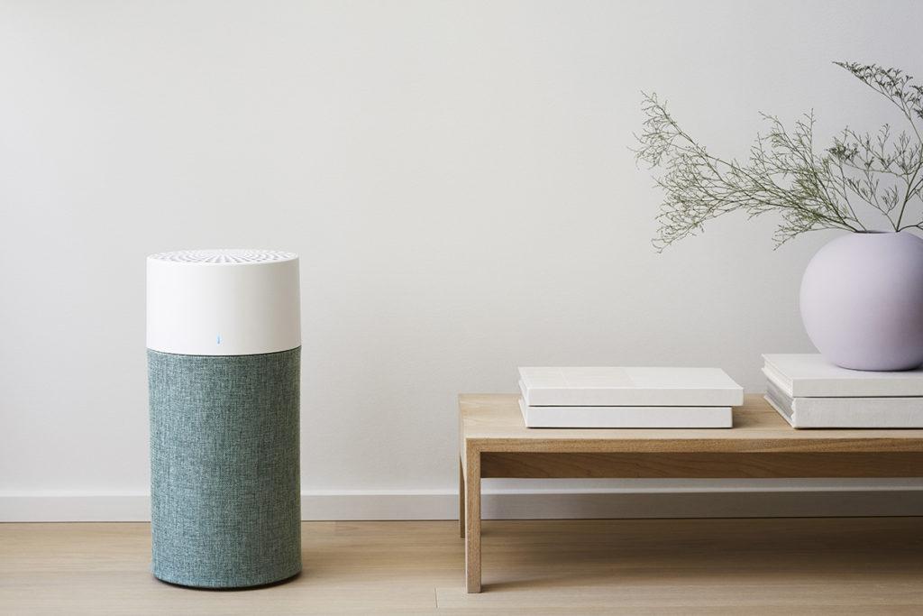 Blue 3410 則以小巧及北歐設計將淨化器可簡單融入家居布置中,該機將濾網作為整體設計的一部分,圓柱形設計十分精緻。