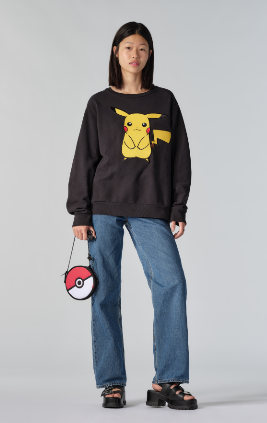 POKEMON UNISEX CREW HAPPY PIKACHU CAVIAR ( ¥8,000 日圓,約港幣 $590 ) POKEMON 精靈球 X-BODY 手提袋( ¥3,000 日圓,約港幣 $221 )