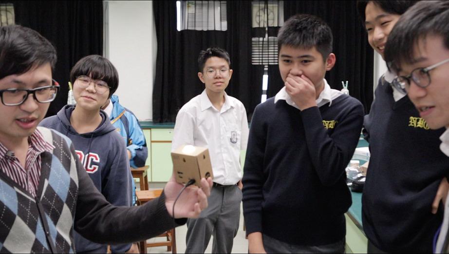 科學裡的重要精神是驗證,而測試時只能修改一個變項,因此同學需遮擋臉部其他特徵作測試。