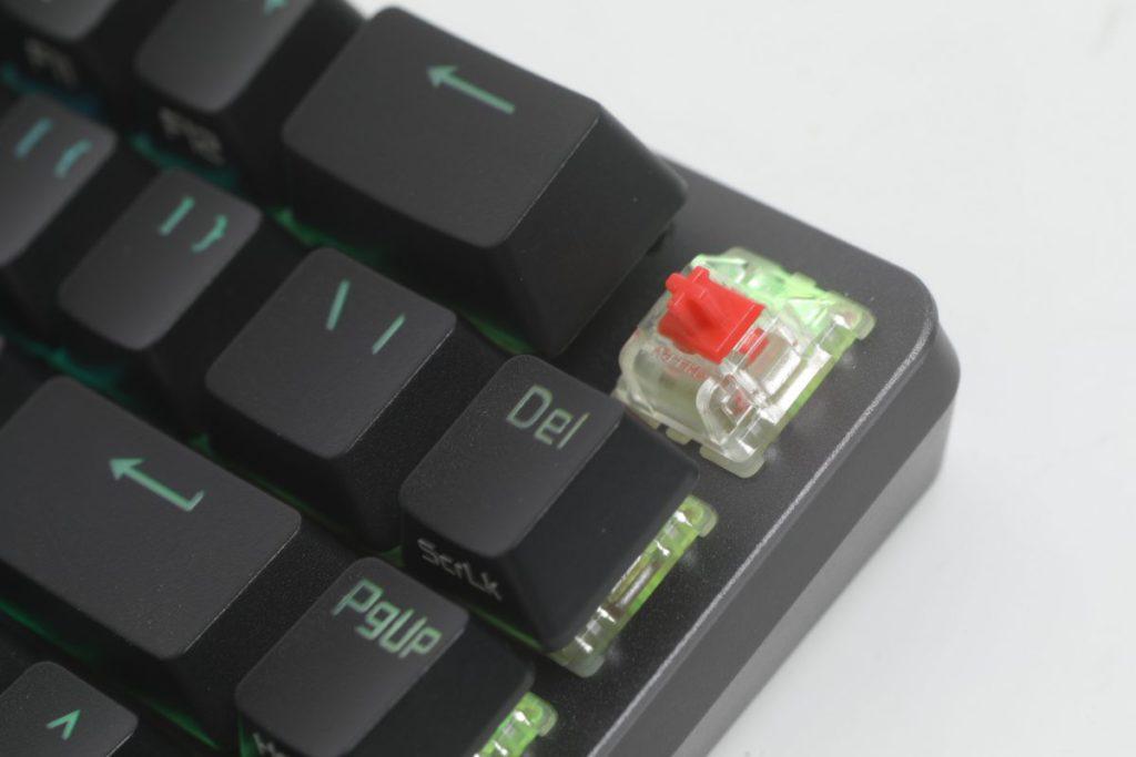 使用 Cherry MX RGB RED 鍵軸配上帶磨砂質感 PBT 鍵帽。
