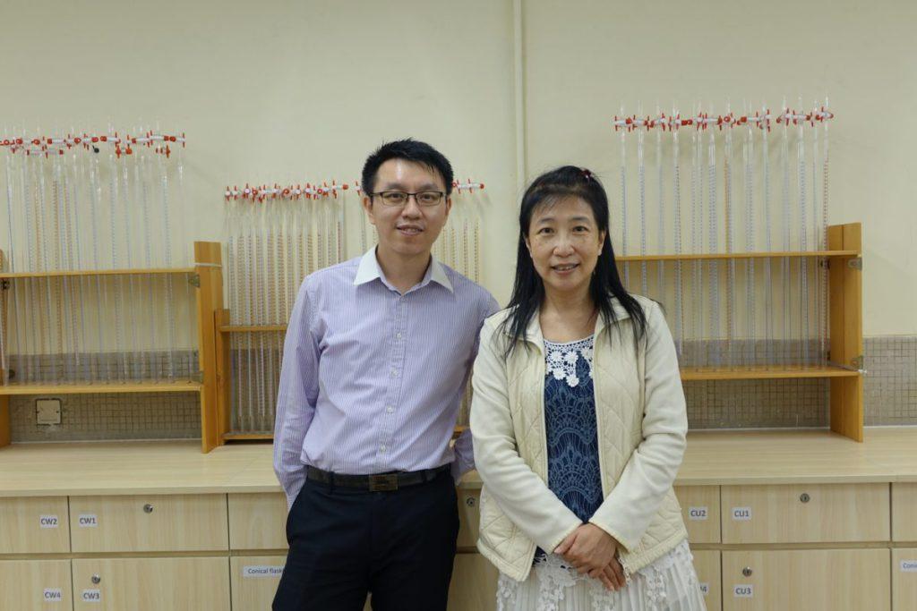 迦密柏雨中學生物科科主任王子揚博士(左)及化學科科主任葉婉如(右)帶領科學 團隊參與比賽。