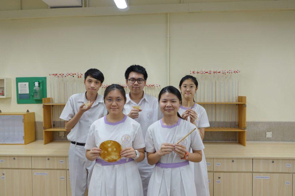 學生林顥宇、 盧景俊、馮穎芯、陳嘉欣和李穎 欣較活潑,他們會笑談實驗過程,當中收集水果皮有一定難度。
