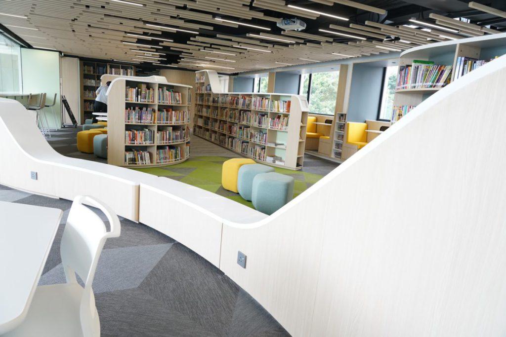 這個角度看來圖書館似有2個區隔,實質上啡白的部分是活動座椅,加上周遭的雙色梳化,整個區域可完全打通。