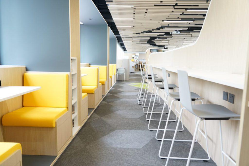 另一邊的走廊有多個小型空間區,而且每個空間都可插電,方便BYOD世代。