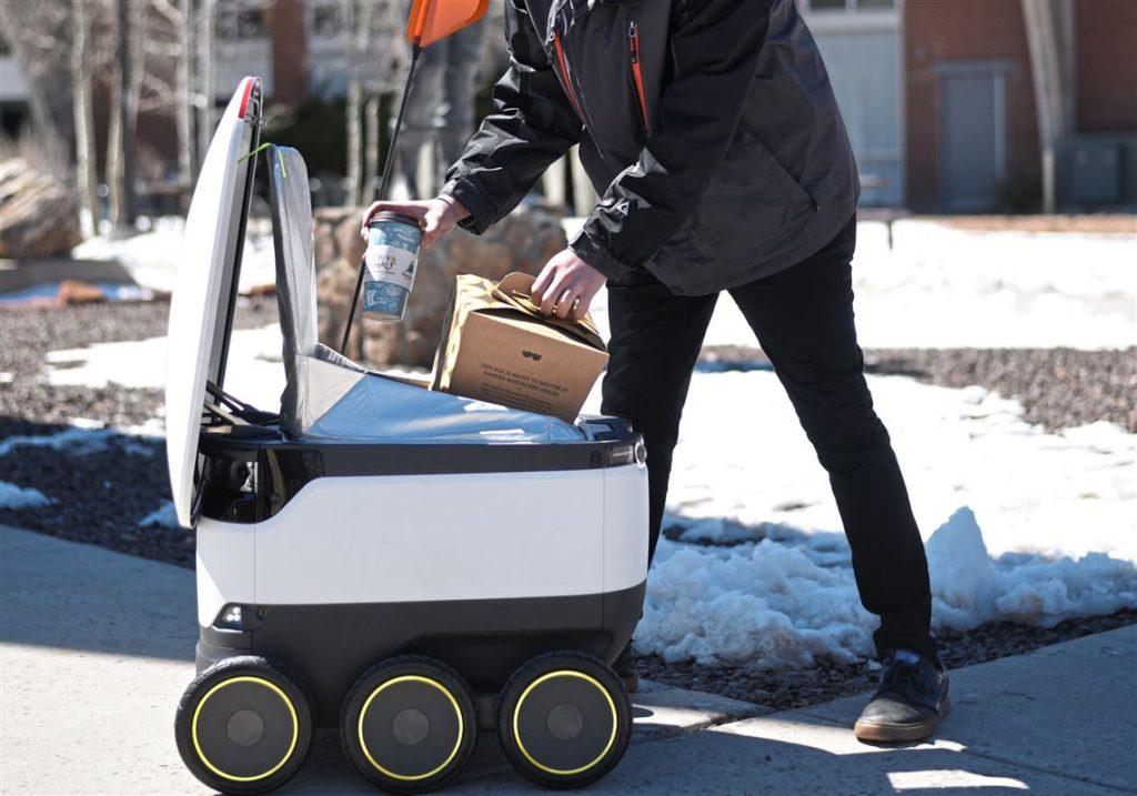 機械人愈見普及,送外賣是現時常見的用途。