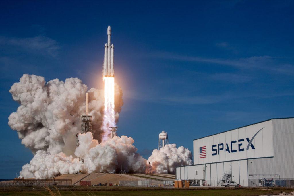 SpaceX用再回收火箭發射低軌道衛星,提供衛星寬頻上網。
