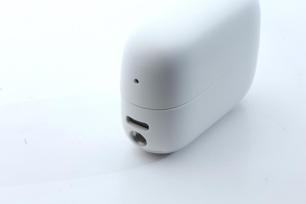 使用 USB-C 介面充電,又可連接電腦當外置硬碟般複製機內的片及相,下面有個三腳架插頭。