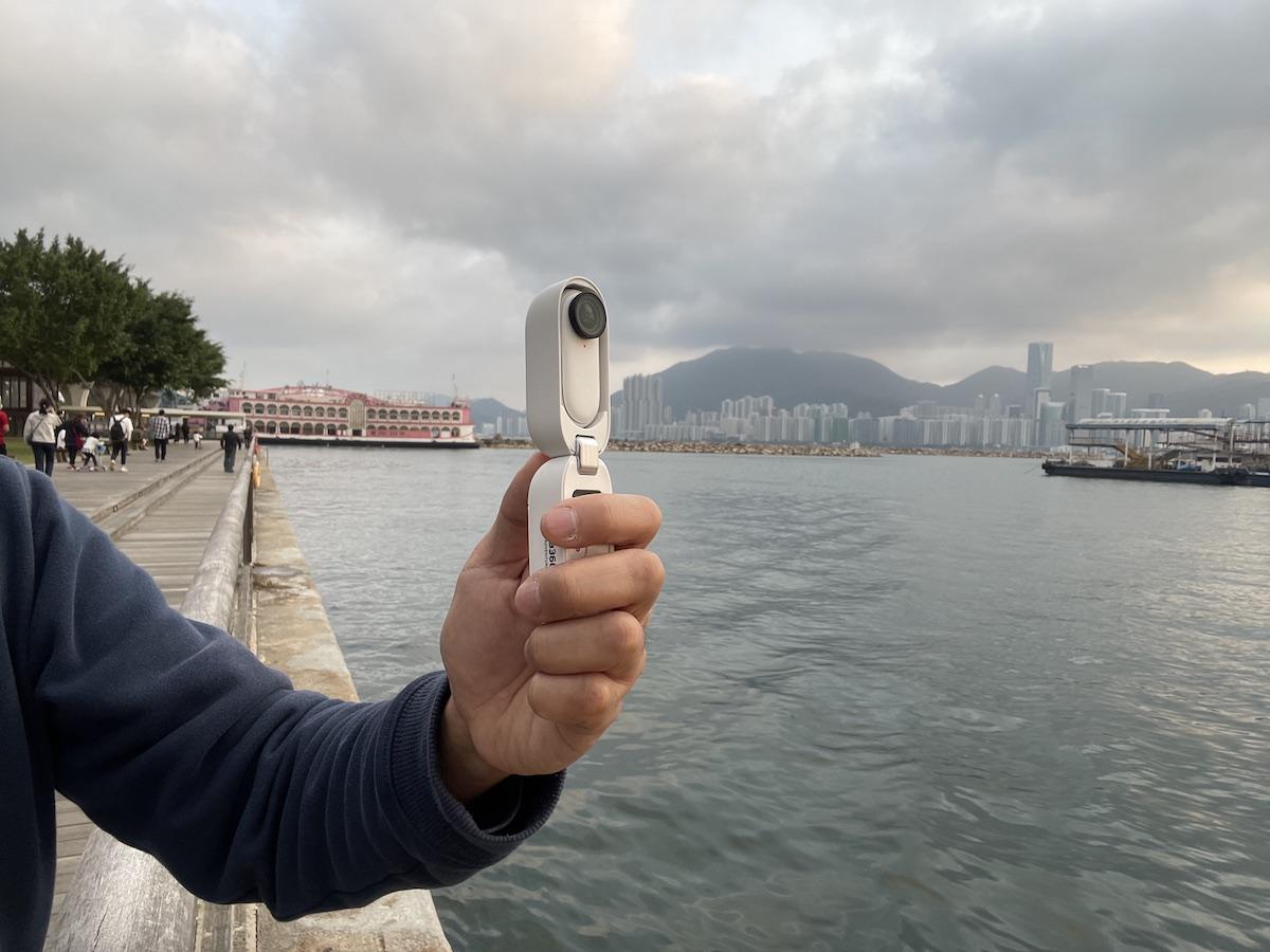 拉直充電盒可當成手柄,手持拍攝或自拍都得。