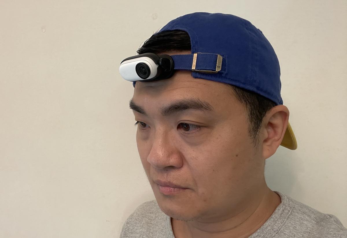 將機夾夾在 cap 帽的調校後帶,轉動至想要的拍攝角度,便可踩住單車、滑板拍攝。