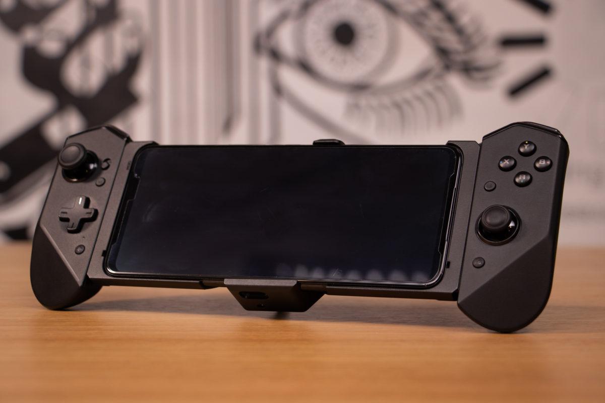 配上 ROG Kunai 3 Gamepad 似 Switch 。
