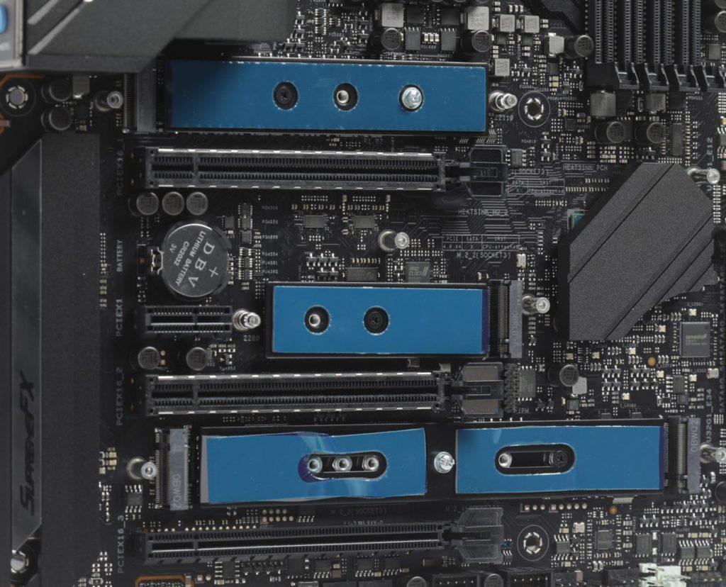 高階的 Intel Z590 主機板已開始提供 4x M.2 Socket 。圖為 ASUS ROG MAXIMUS XIII HERO 主機板。
