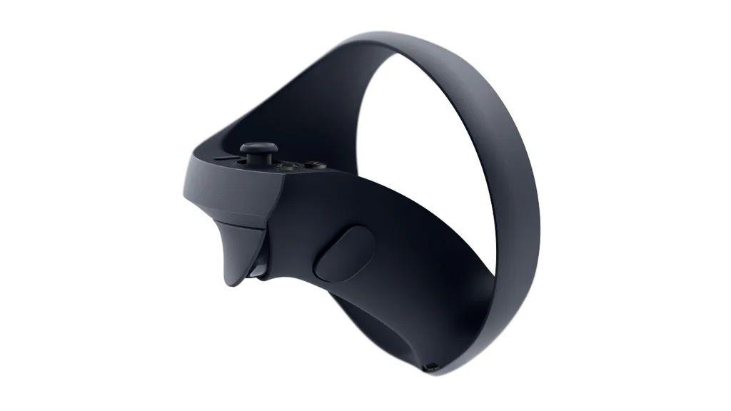 放在中指位置的「握柄」按鈕其中一個用法是用來拾起遊戲中的物件。圓形的追蹤環上沒有發光點或花紋,可能是使用紅外線光點來追踪。