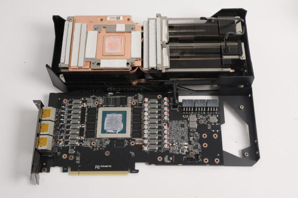 拆下散熱器,可見所用散熱鰭片比 PCB 還要長。