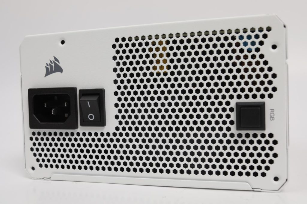 散熱孔採用蜂巢式的角形設計,並有 RGB 按鈕作手動開關 RGB 功能。