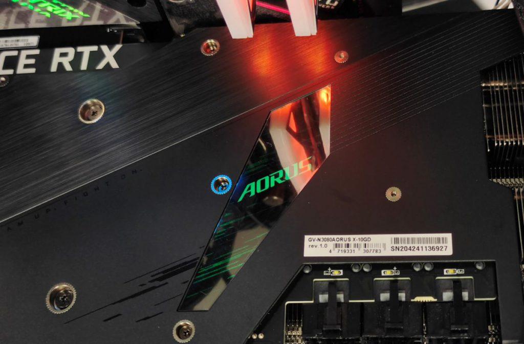 卡背的 RGB 燈效,注意 AORUS Logo 的鏡面特色設計。