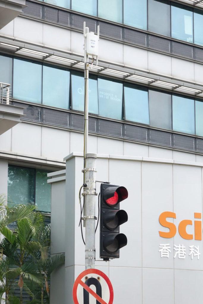 14 公里測試範圍的交通燈加裝香港電訊的路旁設備。如科學園路與創新路交界的交通燈。