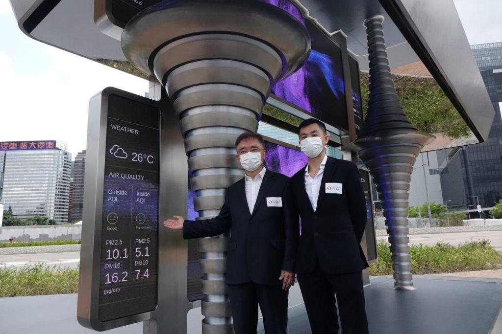 楊孟璋(左)和湯振權(右)介紹顯示螢幕的實時資訊,以數據證明 CAPS 2.0 有效淨化空氣。